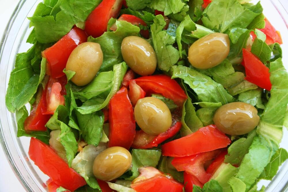 VEGANSALAT: Oliven, paprika og salatblader.