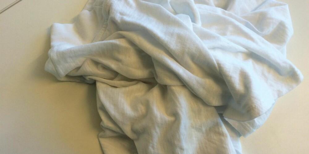 I EN KRØLL: Det frister ofte mer å bare slenge denne inn i klesskapet enn å bruke tid på bretting. Det kan imidlertid lønne seg å sette av litt tid til å gjøre.