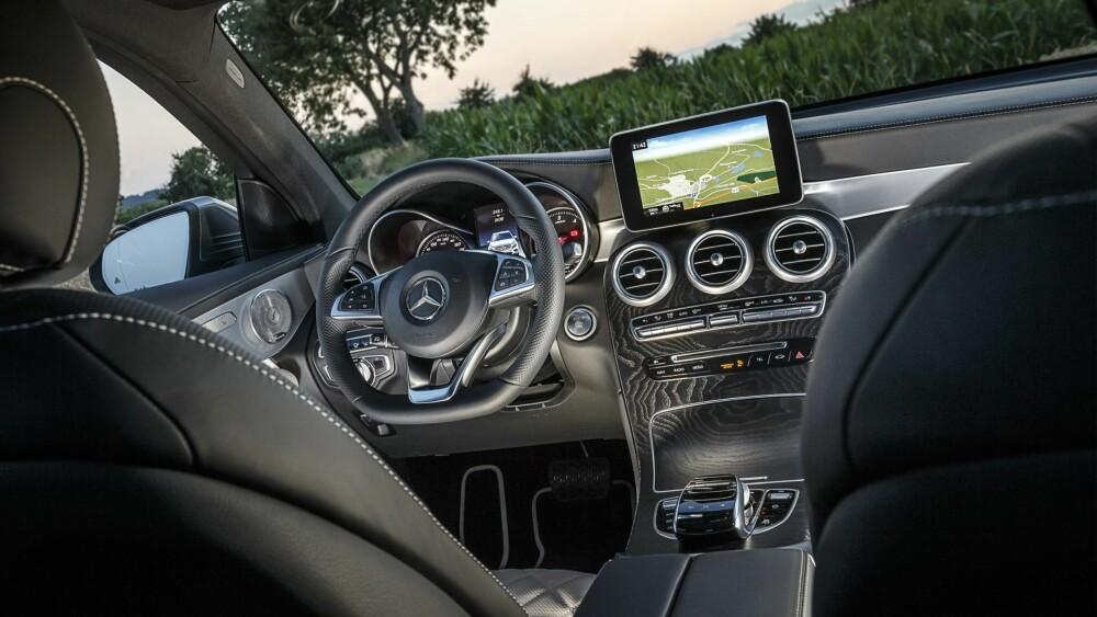 SVEVER: Luftfjæring (ekstra) og flott førermiljø gjør GLC til en svært komfortabel bil. FOTO: Daimler AG