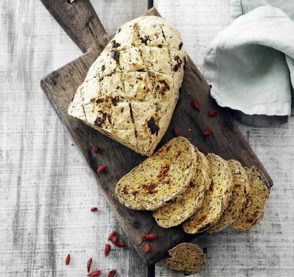 SPELTBRØD MED GOJIBÆR: Et både søtt og sprøtt brød du kommer til å elske.