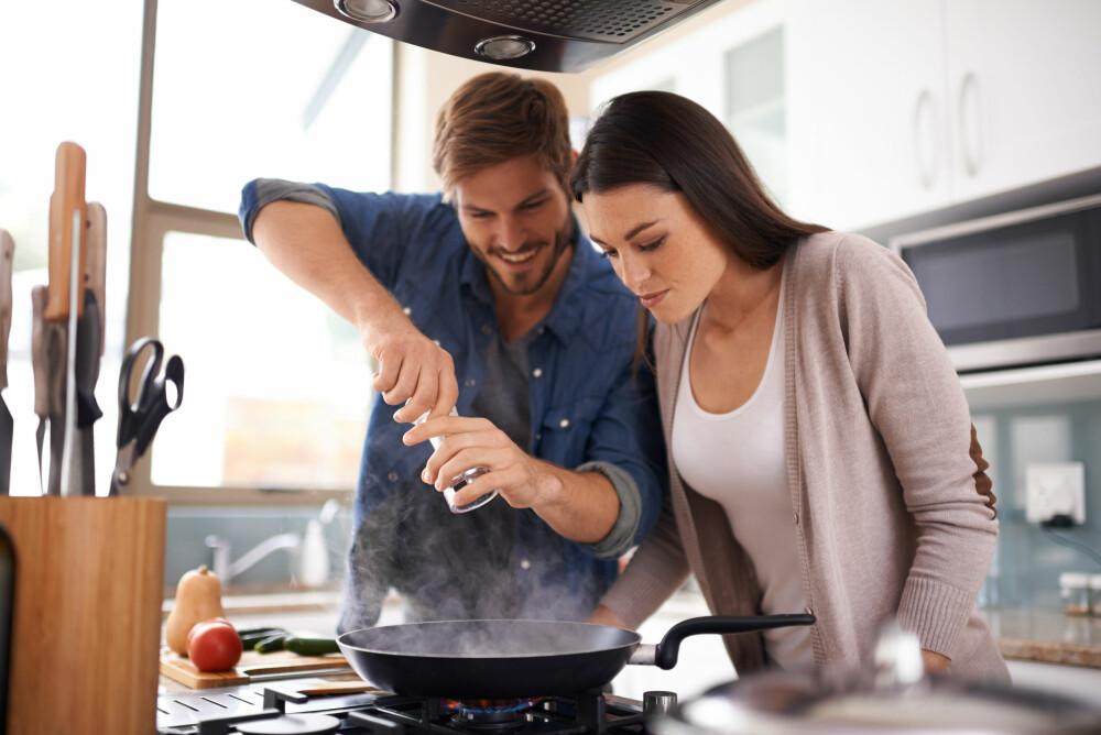 OPPLEVELSER: Dropp dyre valentinsgaver, gå heller for en hyggelig opplevelse dere kan gjøre sammen. Hva med matlagingskurs? FOTO: Getty Images