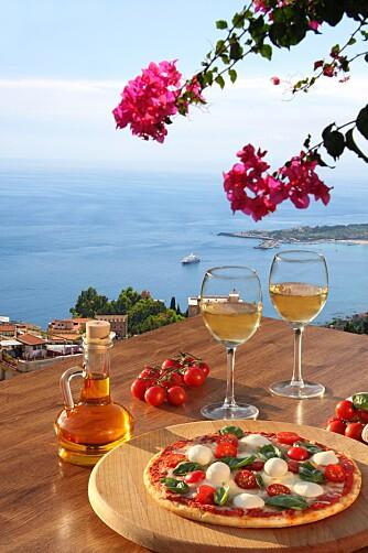 HERLIG MÅLTID: Nyt deilig mat og vin på Sicilia.