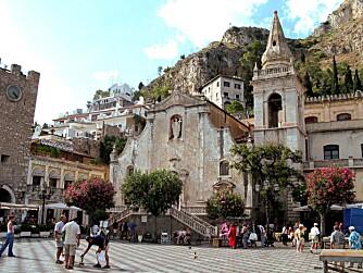 SJARMERENDE: Små landsbyer med herlig stemning, som på Taormina Piazza. Legg sommerferien til Sicilia - reis med Norsk Ukeblad!