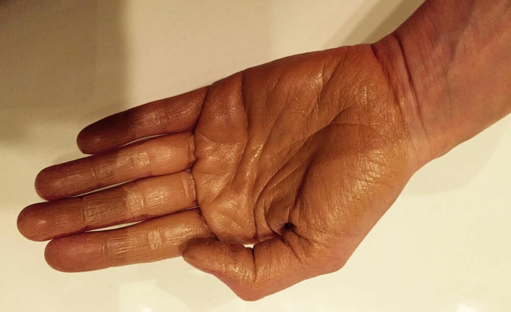 """BRUK PÅFØRINGSVOTT: Hvis du ikke vil ende opp med """"skitten"""" hånd dagen etter påføring, bør du bruke påføringsvott."""
