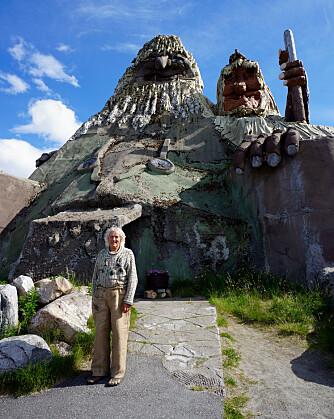 SJEFSTROLLET: Leif Rubach foran Senjatrollet og Trollkjerringa. FOTO: Geir Svardal