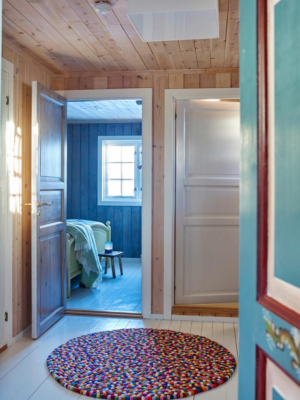 MELLOMROM: Soverommene er samlet i en rolig del av hytta. Til høyre, bak den hvite døren, er badet. Kjøkkenet ligger til venstre for den blå døren.