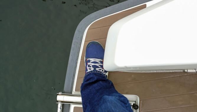 DESIGN VINNER: De lange lukene til tauverk og fendere er fine å se på, men gjør passasjen ut/inn av båten smal. (FOTO: Terje Bjørnsen)