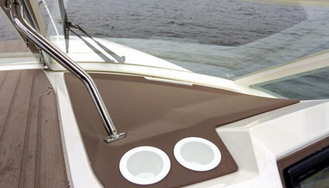 SOLID OG SMART: Kraftig støtte til vindskjermen, solid vindusvisker og mørk farge uten refleks. (FOTO: Terje Bjørnsen)