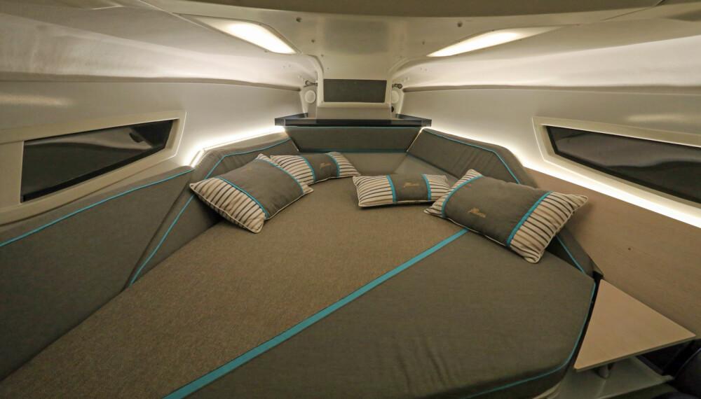 GOD NATT: Køya forut er overraskende komfortabel, og med LED-belysning behøver ingen å være mørkredde. (FOTO: Terje Bjørnsen)