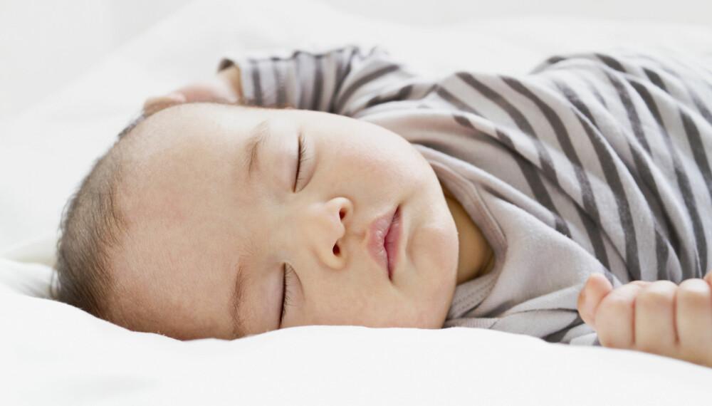 BABY SOM SOVER MYE: Hvor mye skal babyen egentlig sove? Det er forskjell på hvor mye søvn en nyfødt og et spedbarn trenger, men at en babyen sover i noe som kan føles urovekkende lenge, er oftest normalt. Foto: Gettyimages.com.