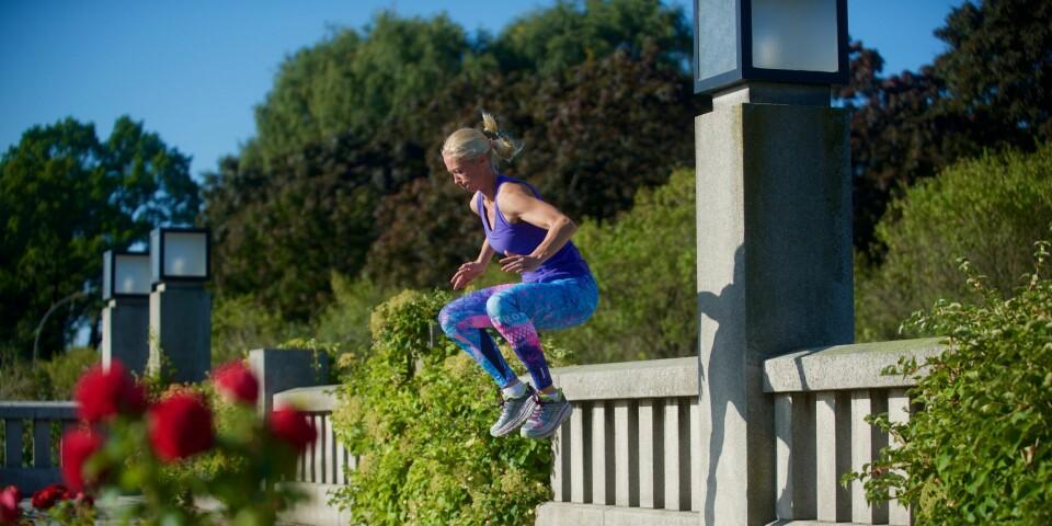ØKT I PARKEN: Camilla Røhn mener en treningsøkt i hagen eller parken er et godt alternativ til løpeturen.