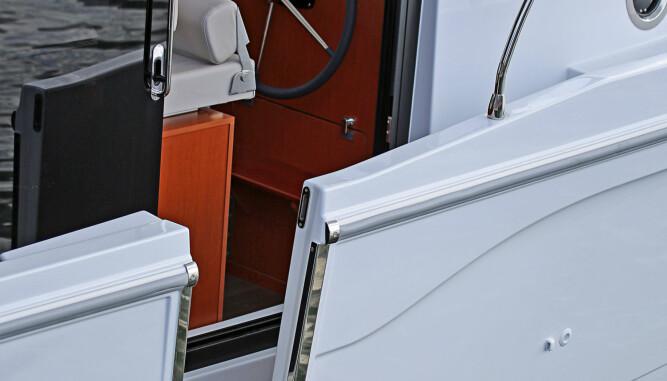 VELKOMMEN OMBORD: En liten entringsluke i skrogsiden og rett inn under ly av overbygget er en smart løsning. (FOTO: Terje Bjørnsen)