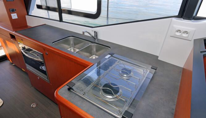 MAT SKAL BLI: Bysseløsningen ligger på babord side av cockpiten og har fasiliteter til å lage mer avansert mat underveis.  (FOTO: Terje Bjørnsen)