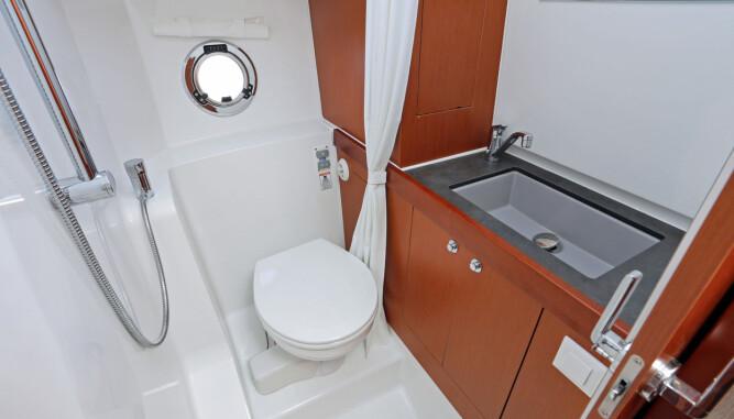 DET DU TRENGER: Ikke noe fiks-faks, men en ryddig og funksjonell dusj/ toalettkombinasjon. (FOTO: Terje Bjørnsen)