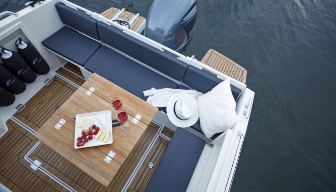FINNMASTER: Nesten daycruiser-takter over sittegruppen akter, det skal gjøre båttypen attraktiv for flere. (FOTO: Terje Bjørnsen)