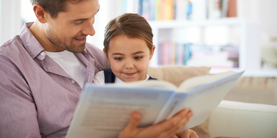 LÆRE BARN Å LESE: Du som forelder kan bidra til å stimulere barnets leselyst, men barnet viser selv initiativ når det vil lære om bokstaver og lesing. Foto: Gettyimages.com.