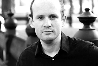 """Hvis man hele tiden spør """"Hvordan kan jeg bli lykkelig?"""", vil man ende opp med å bli ulykkelig, hevder journalist og forfatter Oliver Burkeman (42)."""