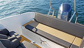 MYE SITTEPLASS: I tillegg er det også grei passasje ut av båten på begge sider av aktersofaen. (FOTO: Petter Handeland)