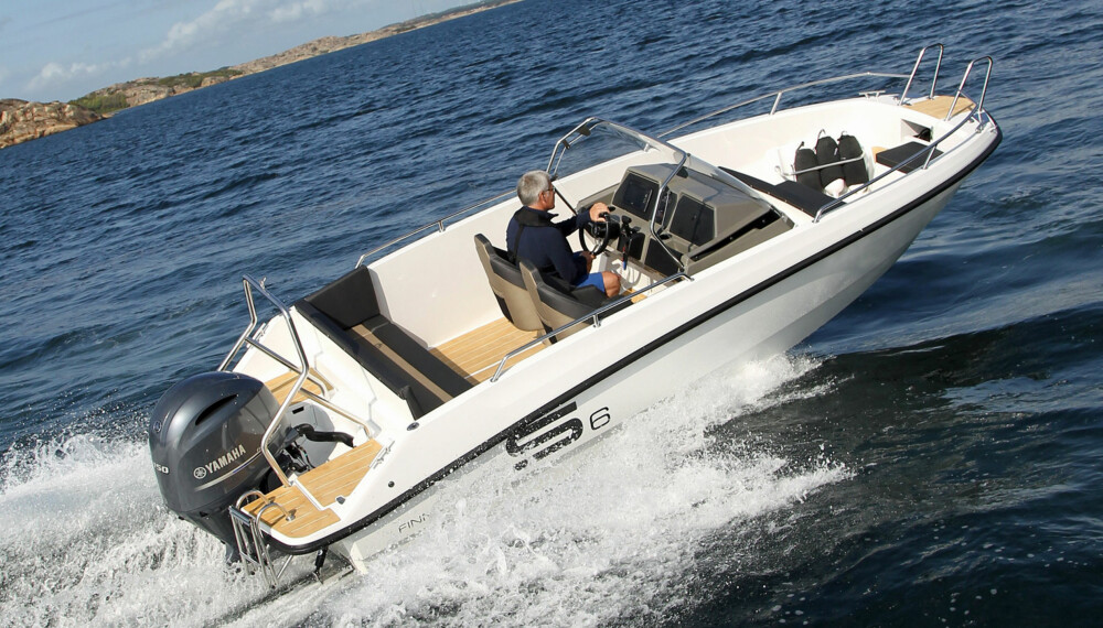 VELKJØRENDE KONSOLLBÅT: Finnmaster S6 er en velkjørende konsollbåt som kan bli en hit i båtmarkedet. (FOTO: Petter Handeland)