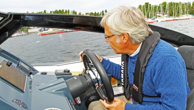TITT-TEI: Den kraftige rammen på vindskjermen gjør at du bør sjekke litt ekstra etter trafikk fra styrbord. (FOTO: Terje Bjørnsen/Petter Handeland)