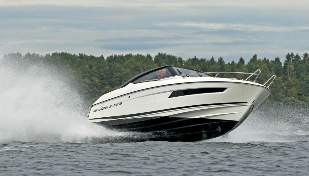 ER MED PÅ LEKEN: Askeladden C65 Cruiser er enkel å kjøre, men står også for en støyt om det blåser opp. (FOTO: Terje Bjørnsen/Petter Handeland)