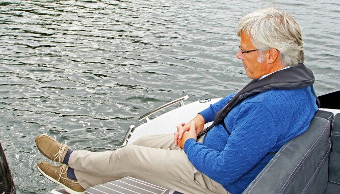 BAKLENGS: Med ryggputen vippet rundt, får du en fin sitteplass med utsyn akterover. (FOTO: Terje Bjørnsen/Petter Handeland)