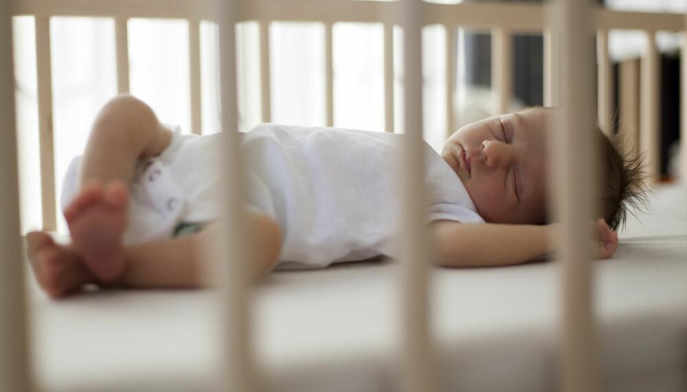 KRYBBEDØD: Det finnes flere forebyggende råd mot krybbedød, men det viktigste av dem alle er at du ikke lar den lille sove på magen. Foto: Gettyimages.com.