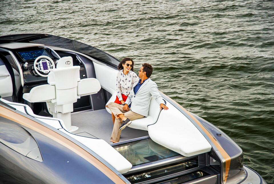 HERR OG FRU: Ingen tvil om at båten avspeiler rik og vellykket Lexus-livsstil. Om seteløsningene faktisk fungerer er ikke så viktig i en showoff som dette. (FOTO: Lexus)