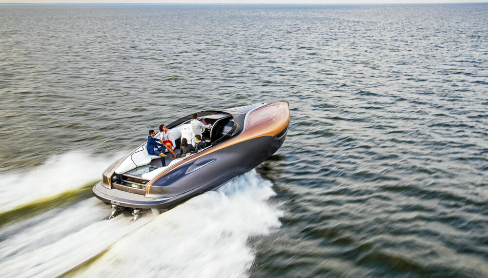 PASSE RASK: Med sine 900 hk skal båten gjøre inntil 43 knop.  (FOTO: Lexus)