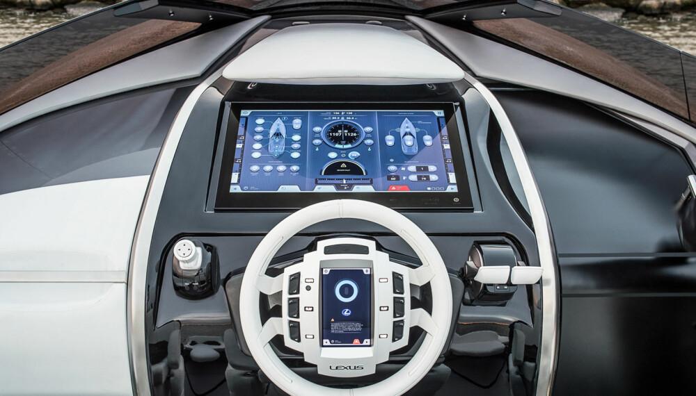 BIL OG BÅT: De store skjermene ble vanlig i båter lenge før de dukket opp i Tesla. Lexus skusler i alle fall ikke med skjermstørrelsen. (FOTO: Lexus)