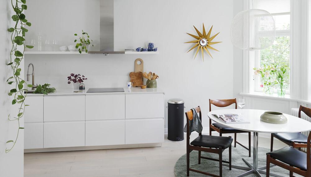 TOTALRENOVERTE: En av utfordringene var hvordan paret skulle flytte kjøkkenet og samtidig få noe optimalt ut av dominoeffekten som dette ville skape i resten av leiligheten. Nå er kjøkkenet utvidet inn i entreen. Foto: Elisabeth Aarhus.