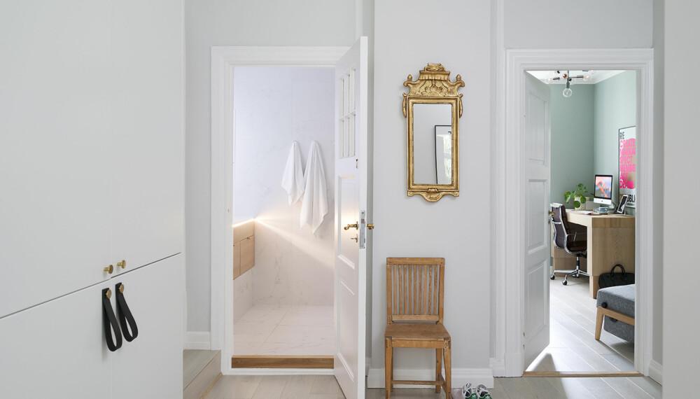 KJØKKEN OG ENTRE: Til venstre i bildet ses deler av kjøkkenet, som er utvidet inn til entreen - med denne løsningen fikk familien nok skapplass og lys inn i kjernen av leiligheten. Foto: Elisabeth Aarhus.