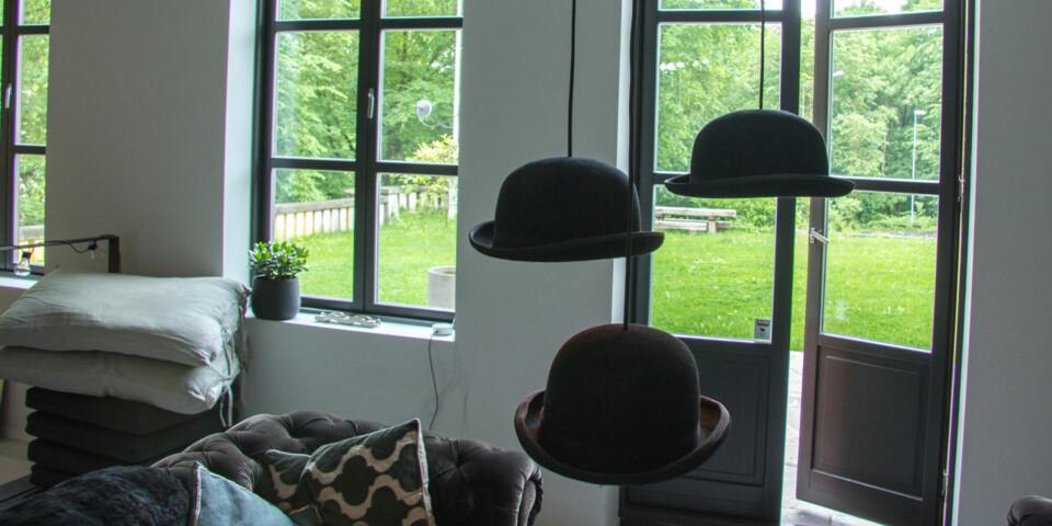 OVERVÅKET? Ser du kameraet? Circle 2 kommer med flere ulike festemuligheter. Et vindusfeste sørger for at du kan overvåke uteområdet innenfra. Festet sørger også for at lys og reflekser i vinduet ikke ødelegger bildet.