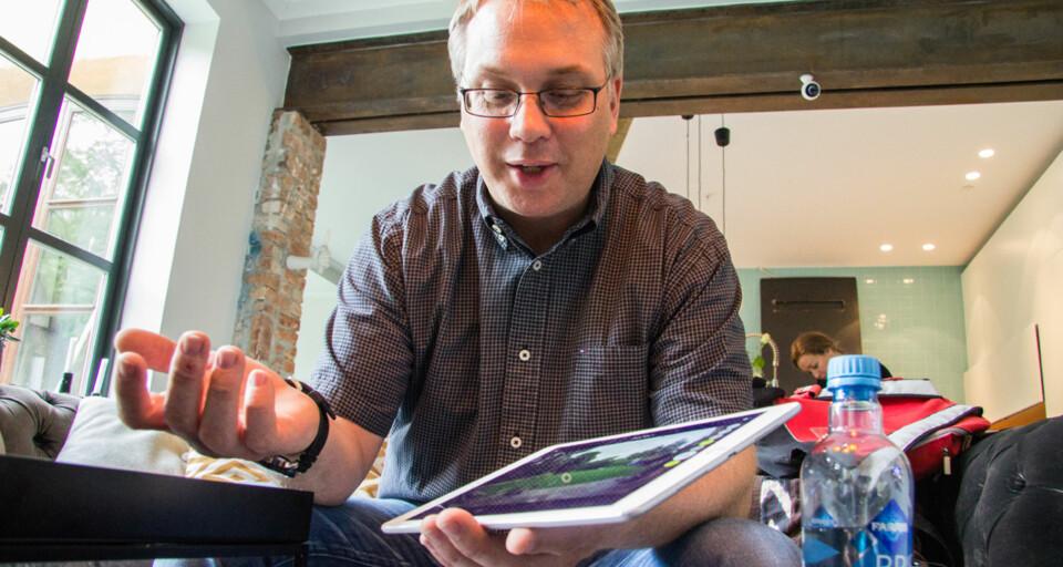 APP: Andreas Hasse i Logitech demonstrerer Circle 2 og Circle-appen. Legg merke til Circle 2-kameraet som er festet til jerndrageren oppe til høyre.