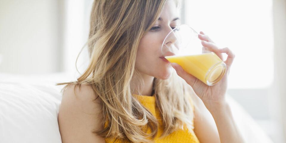 SYRESKADER PÅ TENNENE: Drikker du mye juice, brus eller kullsyrevann? Da risikerer du å få syreskader på tennene. FOTO: Getty Images.