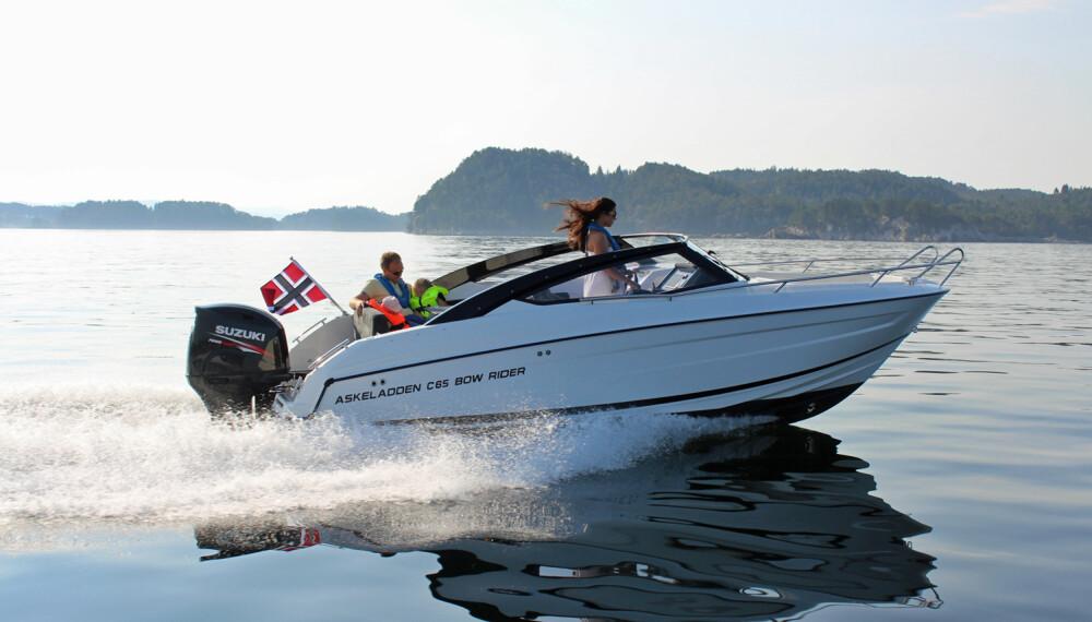 MIDDELVEI: Med en 200 hk på hekken er båten rask uten at drivstofforbruket skyter unødvendig i været. (FOTO: Askeladden)