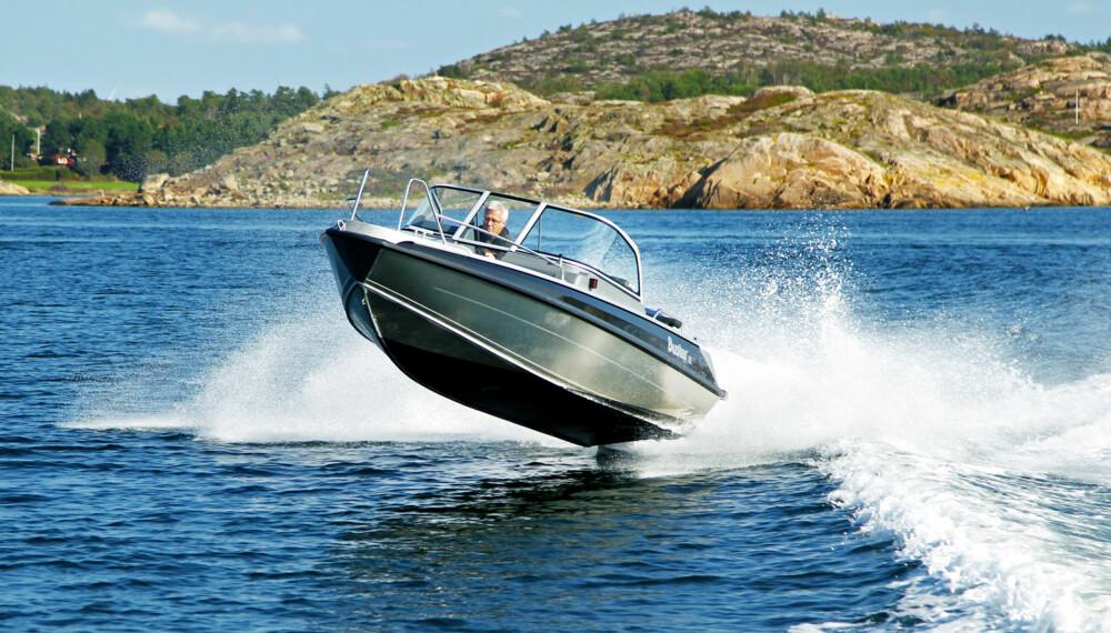Buster XL har gode sjøegenskaper, praktisk interiør, lettbetjent kartplotter og lavt drivstofforbruk. (FOTO: Petter Handeland)