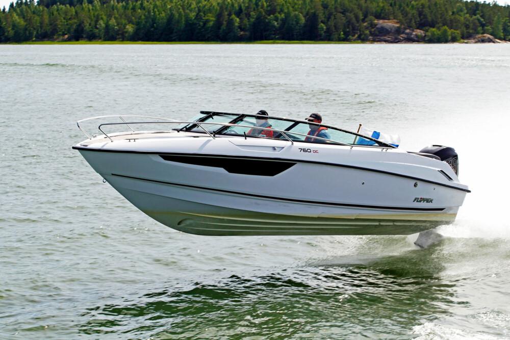 FLYGENDE FINNE: Båten går lett og nærmest flyr i vannet når du nærmer deg toppfart. (FOTO: Flipper og Kari Wilén)