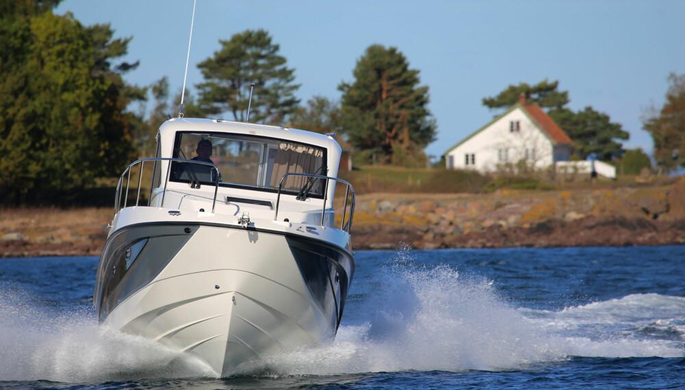 BEDRE I SJØEN: Skrogutformingen gjør båten mer behagelig i sjøen og raskere enn de mer halvplaneraktige styrehyttemodellene. (FOTO: Terje Bjørnsen)
