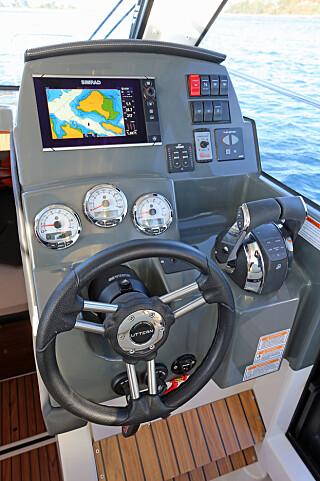 TYPISK: Dashbord-designet følger et ganske standardisert oppsett for styrehyttebåter. (FOTO: Terje Bjørnsen)