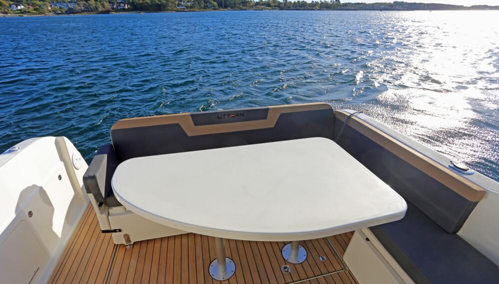 UTSTYR: Du bør velge noe ekstrautstyr for å få det beste ut av båten, som eksempelvis bord på akterdekket. (FOTO: Terje Bjørnsen)