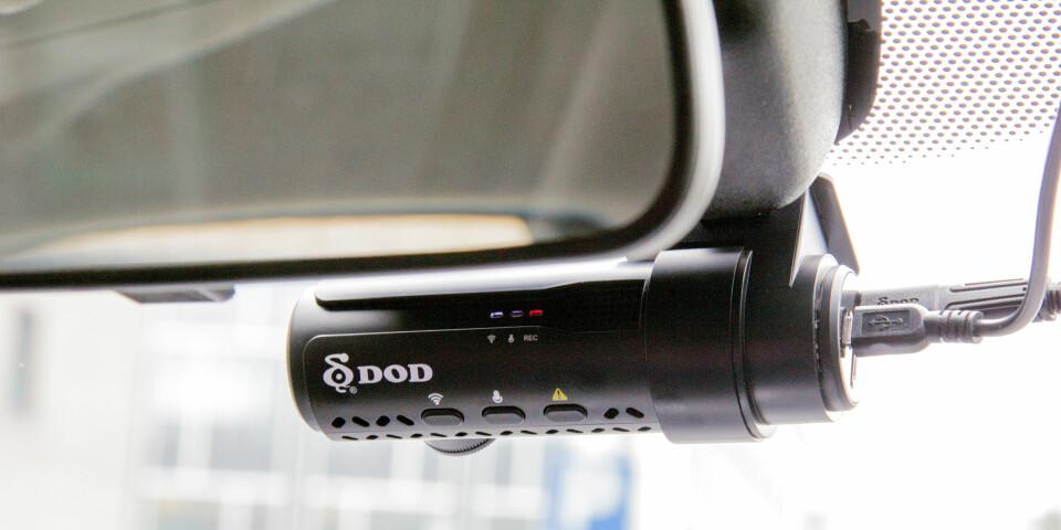DISKRET: Selve kameraet kan plassers diskret bak sladrespeilet. Utfordringen er hvor man skal gjøre av ledningene.