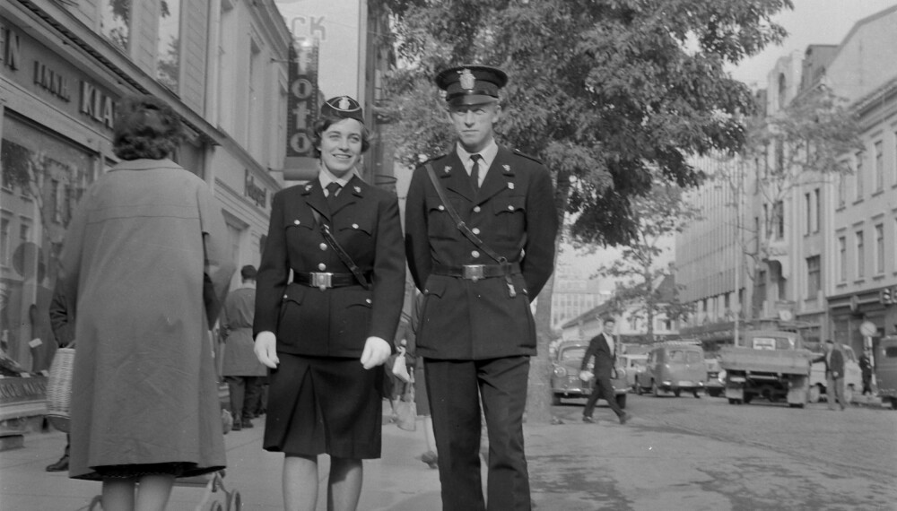 SKJØRT: Politipatrulje på Nordre gate i Trondheim, oktober 1962. (Foto: Schrøderarkivet/ Sverresborg Trøndelag Folkemuseum.)