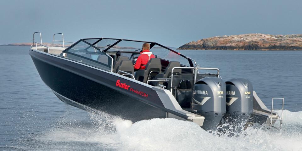 FARTSMONSTER: Phantom er den første båten fra Buster med dobbeltinstallasjon. Det borger for mer motoreffekt, bedre ytelser og langt bedre manøvrerbarhet. (FOTO: Petter Handeland)