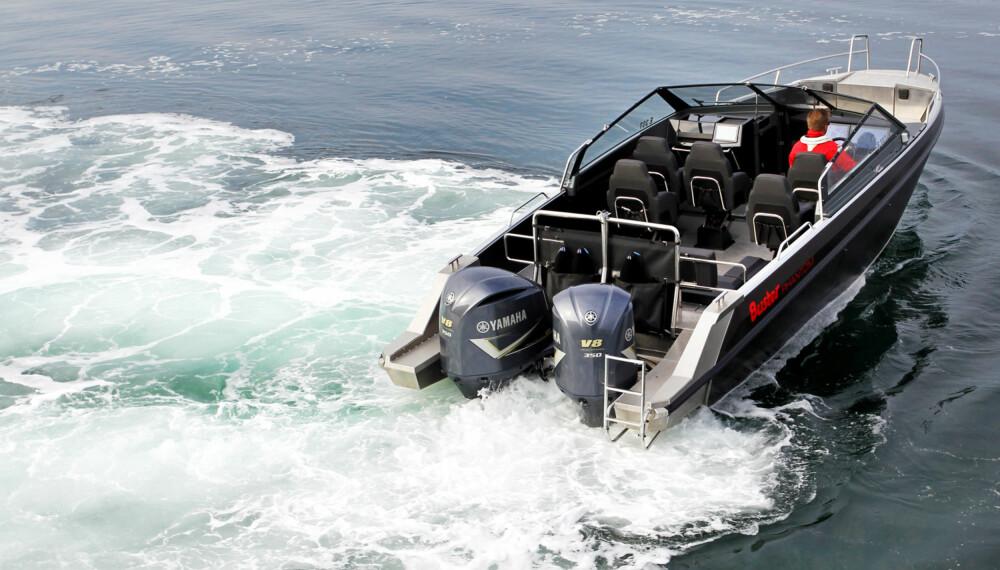 HELM-MASTER: Legg merke til vinkelen på motorene. Med Yamaha Helm Master styres båten med joystick. (FOTO: Petter Handeland)