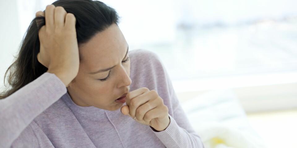 BRONKITT: Symptomer på bronkitt er sårt bryst og hoste, men hva er behandlingen for bronkitt? Her får du svarene. Foto: Getty Images