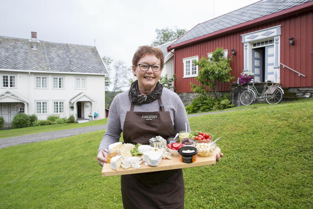 STOPP OG SPIS: Gangstad gårdsysteri drives av Astrid Aasen. Her lager hun oster og is.