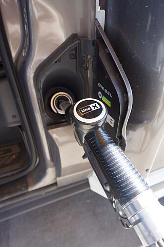 MERKET: Påfyllingen for diesel er godt merket, og befinner seg gjerne nær døren.