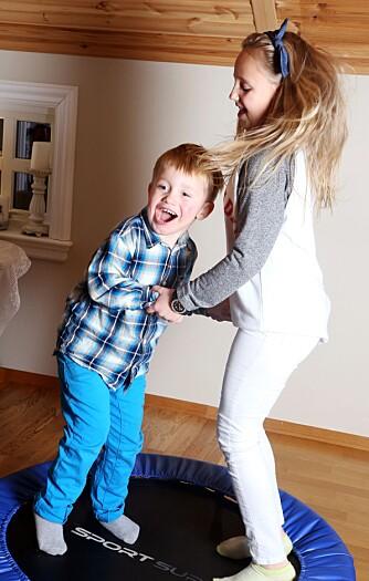 GØY MED STORESØSTER: Andreas elsker å hoppe på trampolinen sammen med Helene (10).