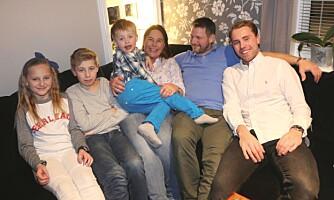 SAMMENSVEISET GJENG: Andreas' pågangsmot og livsglede smitter over på hele familien. (Fra venstre: Helene, Magnus, Andreas, mamma Hege, pappa Oddmund og Kristian. Storebror Henrik var ikke til stede da bildene ble tatt).